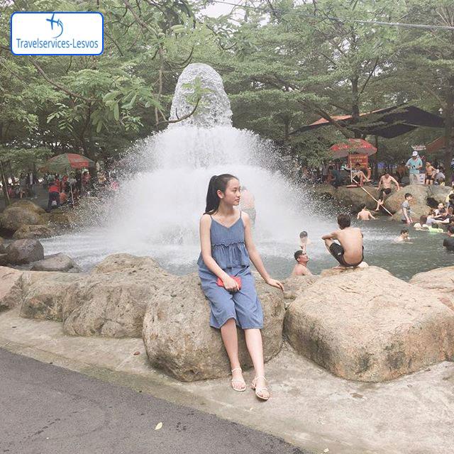 Du khách tắm tại suối nhân tạo Thủy Châu - Nguồn: Cay_99